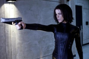 Kate Beckinsale as Selene holding a gun in Underworld Awakening