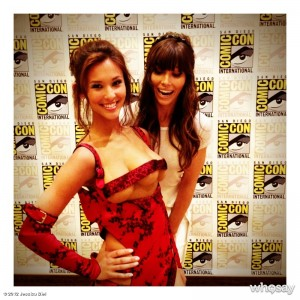 Jessica Biel's twitter photo of Kaitlyn Leeb, the woman with 3 boobs, with Jessica Biel, Melina from Total Recall at SDCC 2012